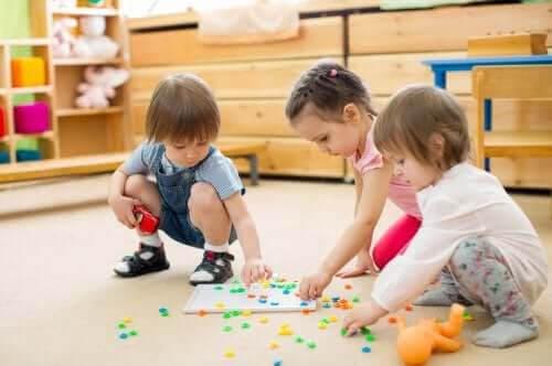 lekar för att utveckla färdigheter: barn med brädspel