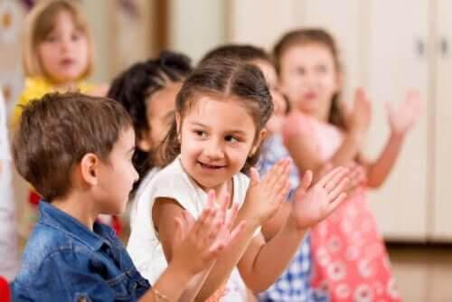 lekar för att utveckla färdigheter: barn klappar takten