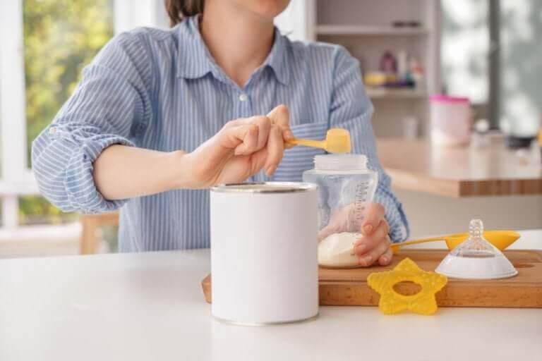 kvinna bereder modersmjölksersättning