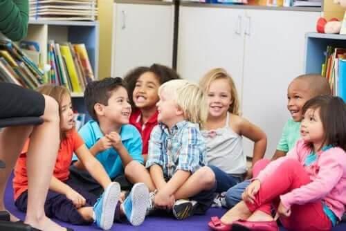 humor i klassrummet: barn under samling skrattar