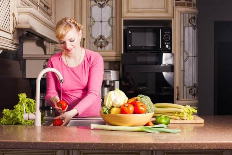 din matsmältning: kvinna bereder grönsaker