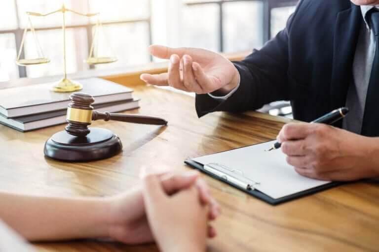 familjerättsadvokat pratar med klient