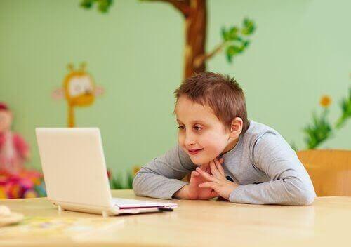 barn med inlärningssvårigheter jobbar på laptop