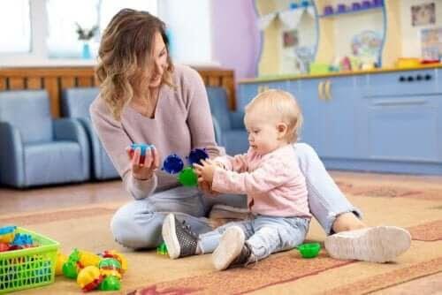 bebisspråk: mamma och baby leker