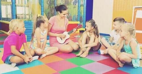uttrycka sig musikaliskt: kvinna med ukulele och grupp med barn