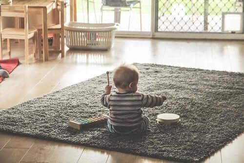 uttrycka sig musikaliskt: baby med xylofon
