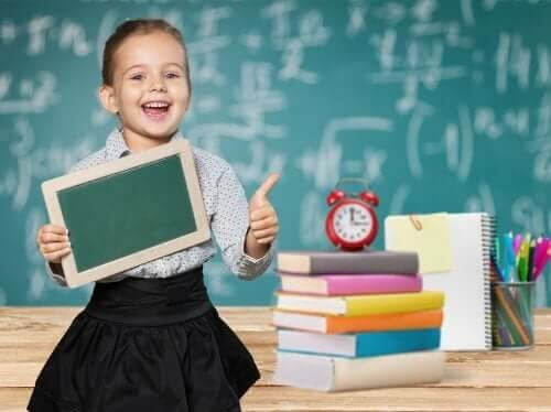 utvärdera intelligens: glad flicka i skolan