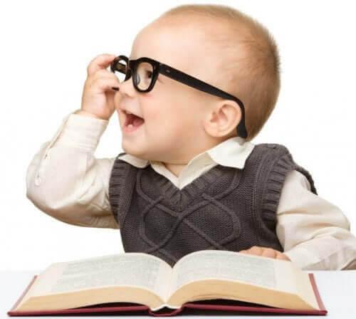 utvärdera intelligens: baby med glasögon framför tjock bok