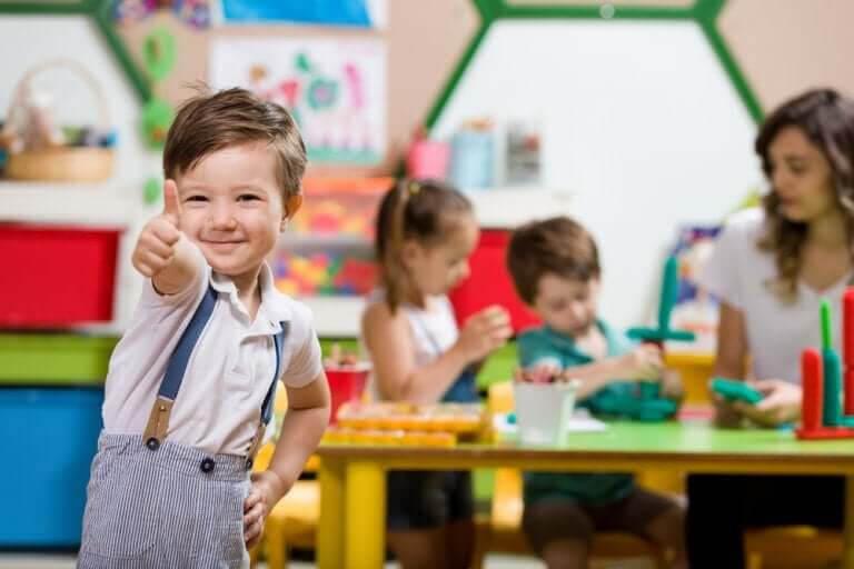 förskolans historia: pojke i förskolemiljö gör tummen upp
