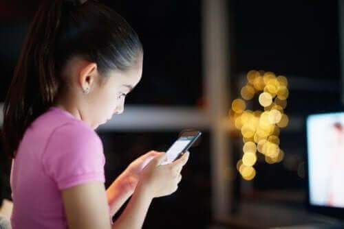 Hur bör vi kontrollera våra barns tillgång till internet?