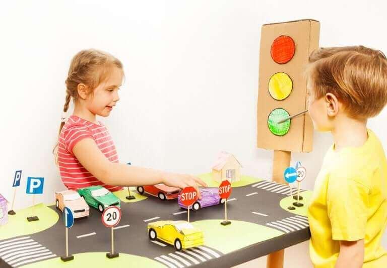 Barn leker med bilar