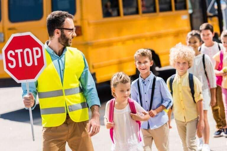 Lära barn trafiksäkerhet: Man med stoppskylt