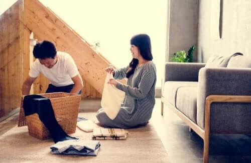 mentala arbetsbelastningen: man och kvinna viker tvätt