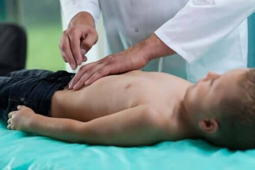 läkare undersöker barn med celiaki