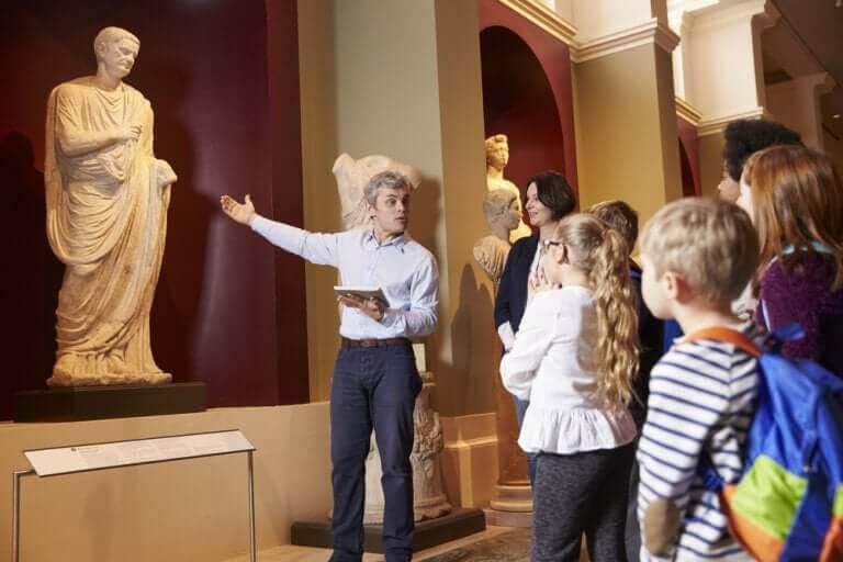 Lärare och barn tittar på konst i museum