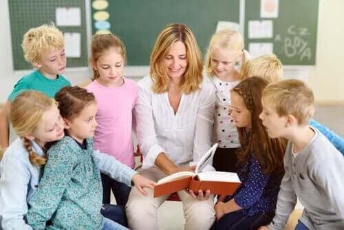 pedagogiska värdet som berättelser har i barnlitteraturen: lärare läser för barn