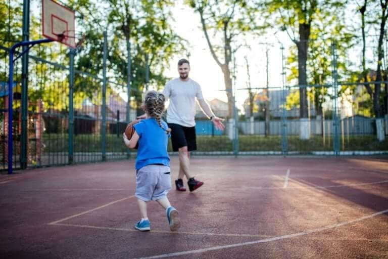 bara skaffa ett barn: pappa spelar basket med barn