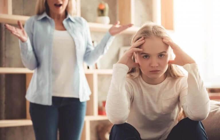 mamma talar till tonåring med dålig attityd