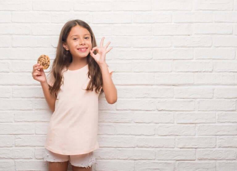 positiv och negativ förstärkning: flicka med kaka