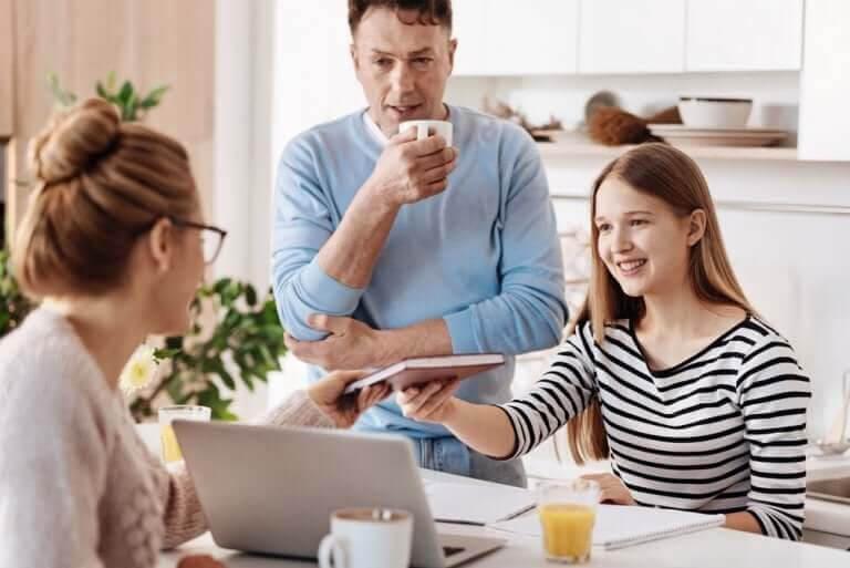 positiv och negativ förstärkning: glad familj runt läxor