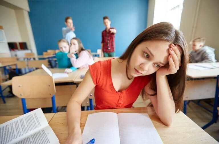 Det sociometriska testet: ensam flicka ser olycklig ut i skolmiljö