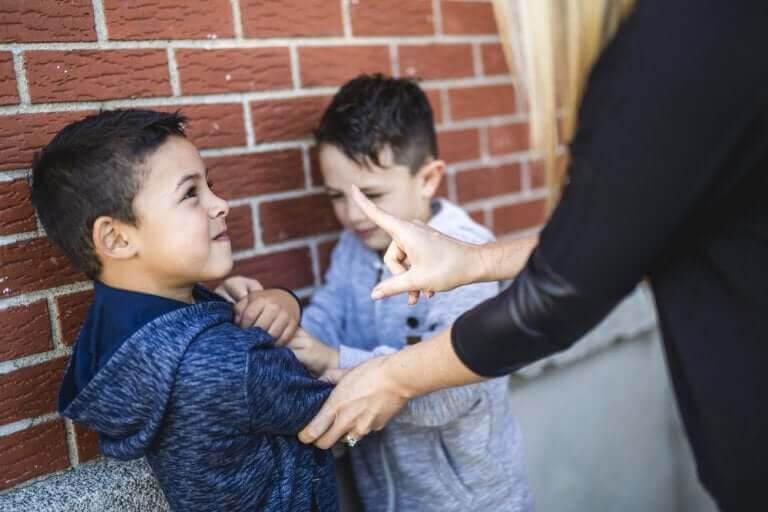 Det sociometriska testet: vuxen ingriper när barn bråkar