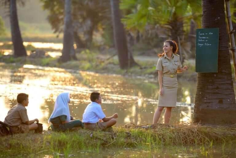 UNICEF: barn får lektion utomhus