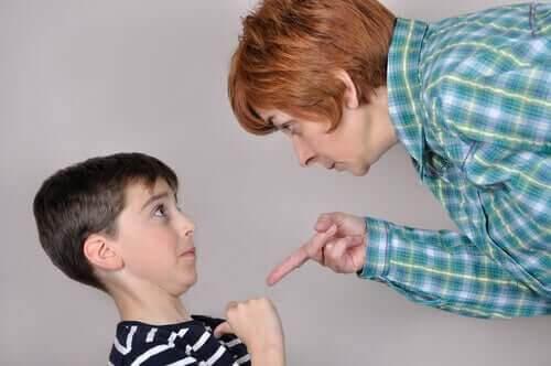 positiva och negativa straff: vuxen pekar finger på barn
