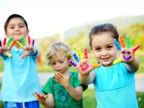 konstnärliga talanger: barn som har målat sig på händerna