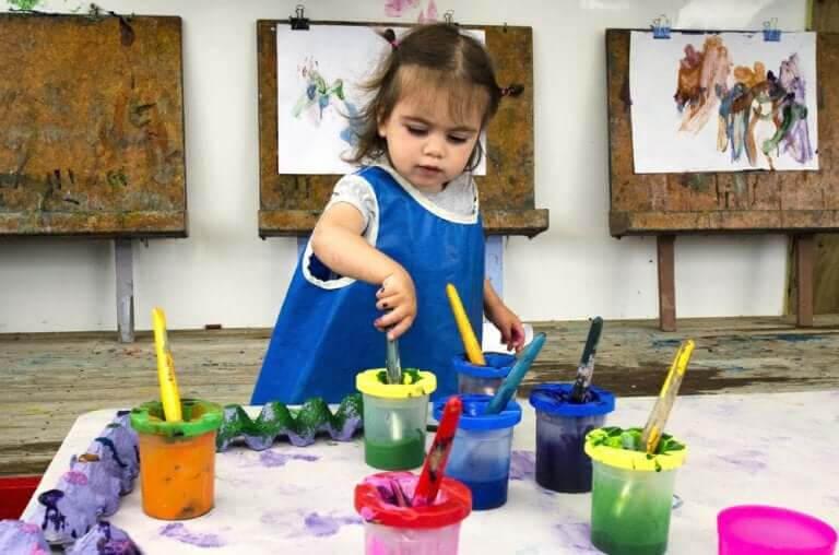 konstnärliga talanger: liten flicka med målarfärg
