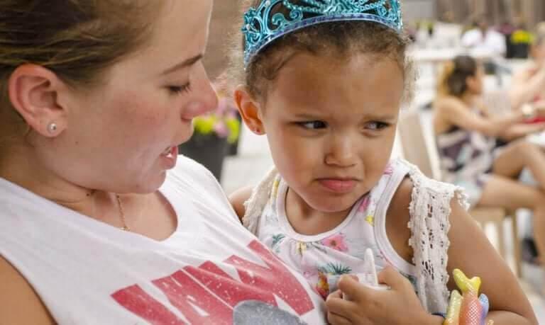 """säga """"nej"""": mamma och ledsen flicka"""