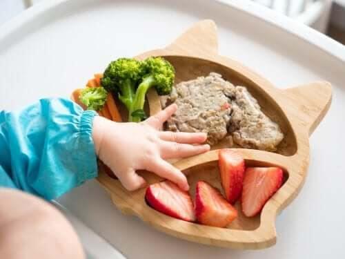 BLW: baby undersöker mat på fat