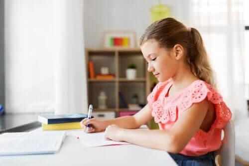 utrymme för läxläsning: flicka gör läxor