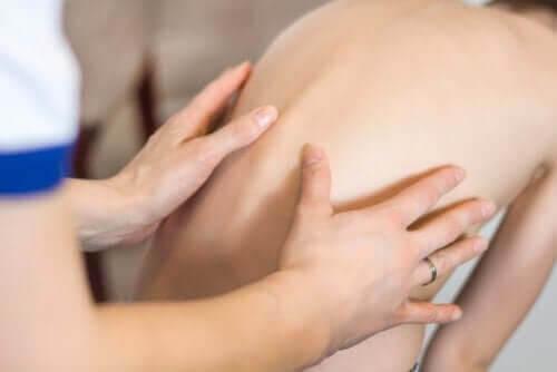 läkare undersöker barns rygg