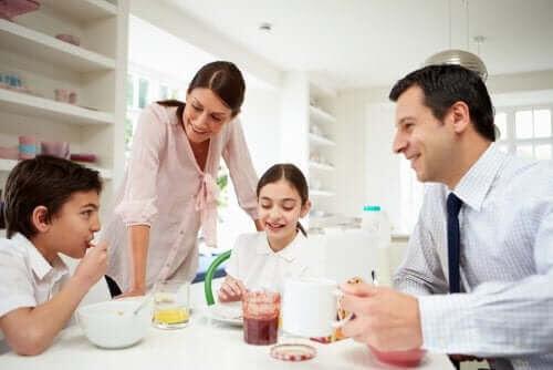 kommunikation inom familjen: familj vid matbord