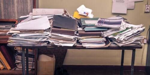 dåliga studievanor: stökigt skrivbord