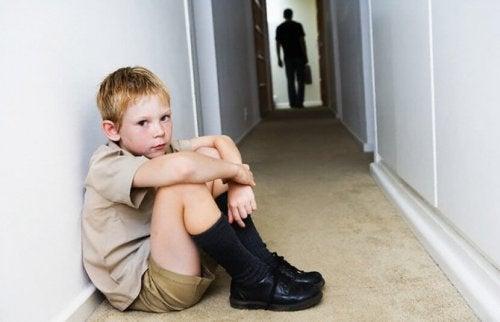 Ett barn sitter på golvet i hallen.