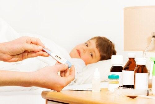 Ett barn ligger i sängen med feber.