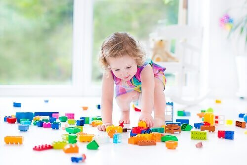Ett litet barn som leker med klossar.