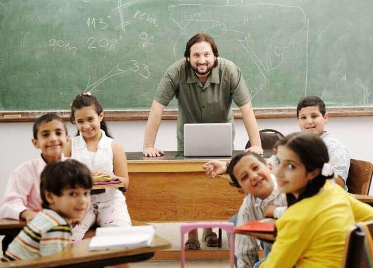 En klass med glada skolbarn