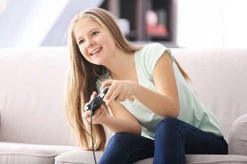 tjej spelar videospel
