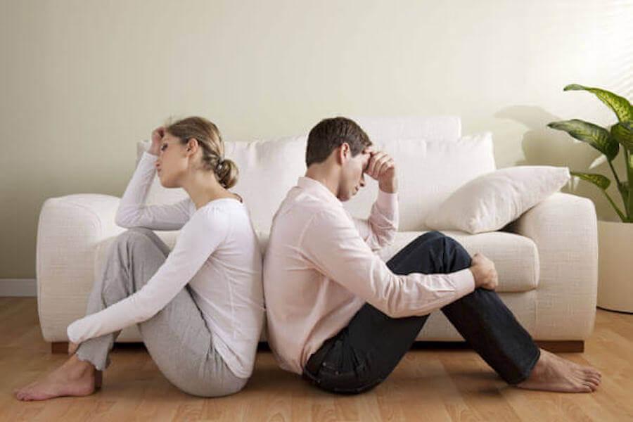 förstå din partner: man och kvinna sitter med ryggarna mot varandra