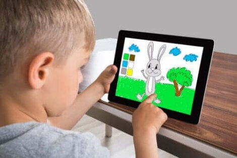 barn tittar på app för att måla och färglägga