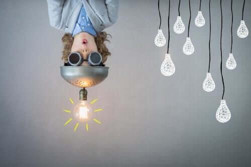 Design Thinking: barn med hatt med glödlampa på hänger upp och ner