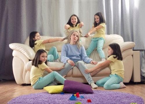 mamma till ett barn med ADHD: barn sliter och drar i mamma