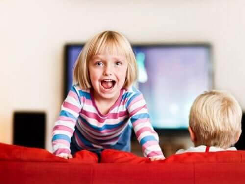 mamma till ett barn med ADHD: flicka hoppar i soffa