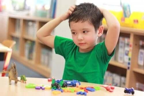 Ödmjukhet: pojke leker