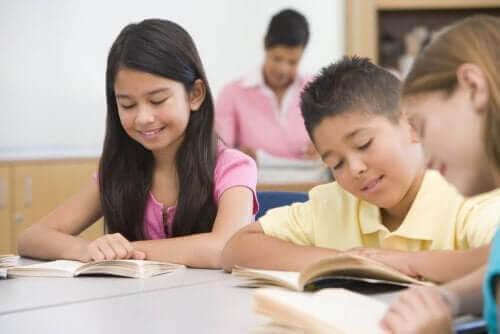 uppmuntra läsning: barn läser i klassrum