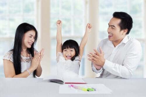Positiv uppmärksamhet: föräldrar med barn som är stolt över teckning