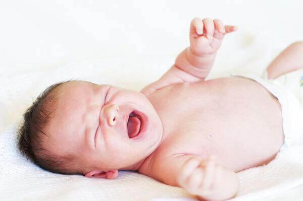 Varför är det fel att låta din bebis gråta hela natten?